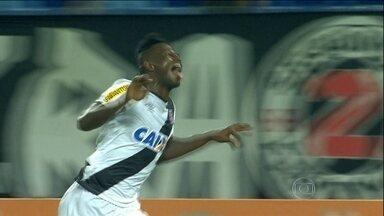 Vasco vence Flamengo e sai da lanterna do Campeonato Brasileiro na estreia de Celso Roth - As duas equipes seguem na zona de rebaixamento da competição.