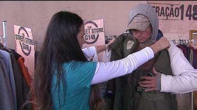 Evento distribui roupas para moradores de rua em Ponta Grossa - Com uma estrutura semelhante à uma loja de convencional, as roupas são expostas em araras e estantes e distribuídas aos moradores.