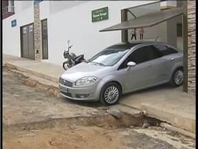 Blitz do MG: Moradores do Bairro Belvedere em Valadares pedem melhorias no asfaltamento - Ruas esburacadas e crateras dão prejuízos aos motoristas.