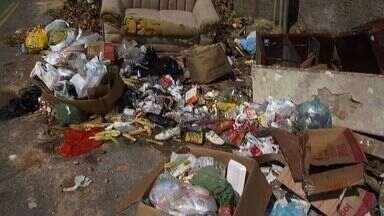 Rua Bairro Barroso está tomada por lixo - Empresa responsável pela limpeza cortou gastos e demitiu 400 garis.