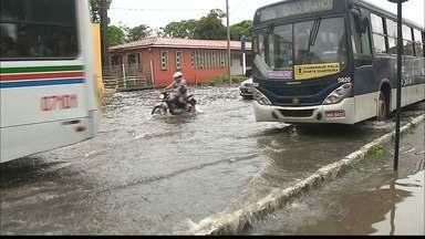 Chuva provoca alagamento em João Pessoa, na Paraíba - Segunda-feira chuvosa dificulta o trânsito em João Pessoa.