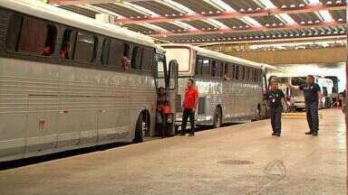 Ônibus de viajem transportavam passageiros de forma irregular - Ônibus de viajem transportavam passageiros de forma irregular.