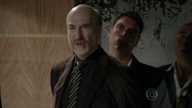 """Heideguer é preso e humilha Henrique - O advogado pergunta se o filho está feliz com sua prisão e o chama de """"fraco"""""""