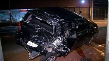 Dois motoristas que pegaram na direção depois de beber causam acidentes graves na capital - Na zona sul, um homem de 45 anos morreu depois de ser atingido por um carro na contramão. Em outro acidente, o motorista de uma carreta bateu em quatro carros e fugiu