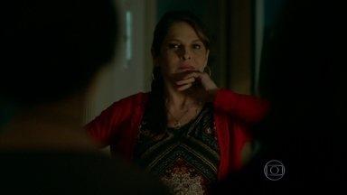 Carolina volta para casa e sente um clima estranho - Hilda e Darlene não contam a verdade sobre Angel