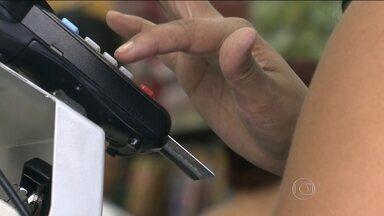 Calote da conta de telefone é o que mais cresce no Brasil - As famílias brasileiras estão com o orçamento mais apertado. A inadimplência do setor de comunicações cresceu quase%. Um aplicativo ensina a gastar bem o dinheiro que não anda sobrando.