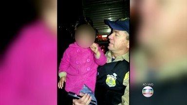 Menina de 3 anos encontrada sozinha na estrada foi levada para casa de família acolhedora - Mãe da menina conta que não percebeu que menina havia saído sozinha