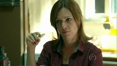 Darlene afirma a Hilda e Carolina que Guilherme é um bom rapaz - A mãe e avó de Angel ficam entusiasmadas com a possibilidade da jovem namorar o rapaz