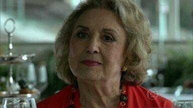 Fábia se lembra de Oswaldo - Mãe de Anthony almoça com as amigas, que a incentivam a ligar para o aposentado