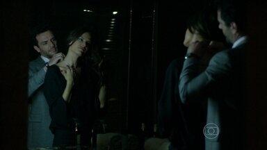 Alex pede que Samia participe de sua conversa com Pia - Empresário busca namorada no aeroporto e a presenteia com uma joia