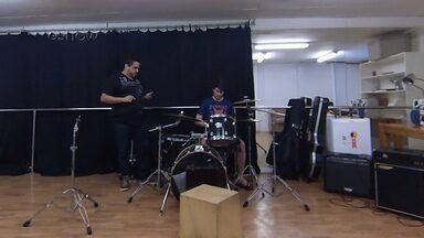Confira a preparação do elenco da nova temporada de Malhação - Atores têm aula de violão, bateria, guitarra e percussão