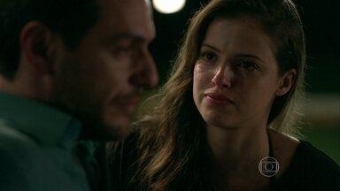 Giovanna diz a Alex que está apaixonada e quer casar - Pai e filha tem conversa séria sobre o futuro