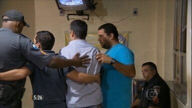 Dois homens são detidos após tiros em Centro Gastronômico na Zona Sul do Rio - Segundo testemunhas, dois homens aparentemente embriagados começaram a tirar fotos exibindo uma pistola, na frente de todos os clientes. Eles foram para a varanda do restaurante e sete tiros foram disparados. Os policiais prenderam os dois.