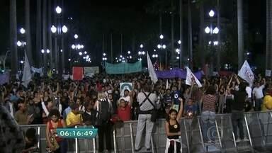 Manifestantes fazem caminhada por ruas e calçadões do Centro da capital - Os manifestantes comemoraram o aniversário do Estatuto da Criança e do Adolescente e também protestaram contra o projeto de redução da maioridade penal.