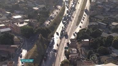 Acidente complica trânsito e deixa um morto no Anel Rodoviário, em Belo Horizonte - Segundo a Polícia Militar, um motociclista morreu no local, na Região da Pampulha.