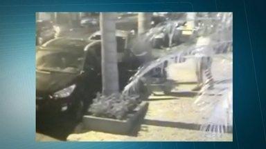 Câmera de segurança flagra roubo a carro no Paraíso, Zona Sul de SP - O motorista foi abordado logo após sair do veículo. Os moradores se queixam de roubos constantes na Rua Maria Figueiredo.