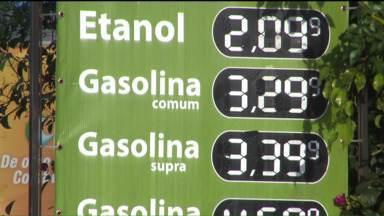 Aplicativos para celular ajudam consumidor a pesquisar preços de combustíveis - A tecnologia está ajudando motoristas a economizar. Com o app é possível descobrir quais postos têm o menor preço.