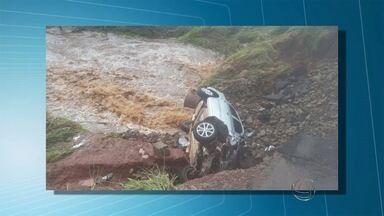 Chuva do fim de semana deixou estragos na fronteira com o Paraguai - Ponte de madeira será substituída por outra, diz secretário de obras