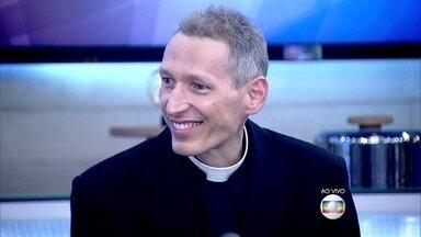 Padre Marcelo Rossi comenta que seu livro 'Philia' aborda a importância da autoestima - Blogueira fez um vídeo e recebeu criticas ao postar vídeo sem maquiagem mostrando suas acnes