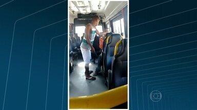 Passageiro com deficiência mental é agredido por cobrador de van no Rio - A vítima não teria dinheiro para pagar a passagem. Ele é agredido com socos e tapas. A Coordenadoria de Transportes Complementares tenta identificar a van.