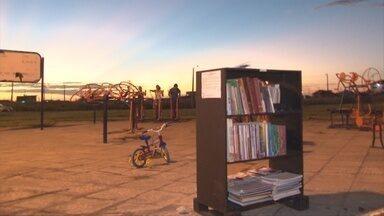 Morador instala biblioteca pública em praça de Vilhena - A ideia surgiu de acreditar na capacidade de transformação através da leitura.