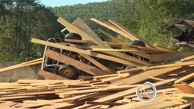 Cinco ficam feridos após caminhão com madeira tombar na Dom Pedro I - Pista foi interditada na manhã desta terça-feira (14) na altura de Jacareí.