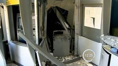 Criminosos armados explodem caixas eletrônicos em Piquete, SP - Crime aconteceu na manhã desta terça-feira (14) no centro da cidade.