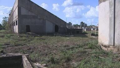Obra do complexo olímpico está abandonada - Construção foi iniciada em 2011 e obras já foram paradas e reiniciadas várias vezes.