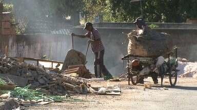 Menos de uma semana depois de faxina em Ceilândia, terrenos já estão sujos de novo - Muitas pessoas jogam lixo nos terrenos. Vai desde restos de construção até móveis usados.