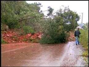 Chuva causa estragos na região de Erechim, RS - Temporal deixou morador ilhado e casas foram atingidas.