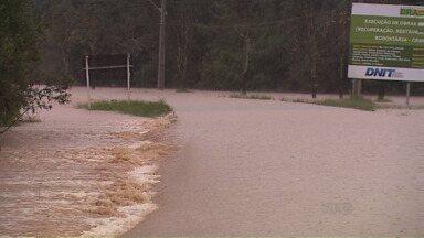 BR-153 é interditada depois do rio transbordar e invadir rodovia, em Imbituva - Chuva também preocupa as cidades de São Mateus do Sul e de Porto Amazonas, que possuem rios que passam pelos municípios