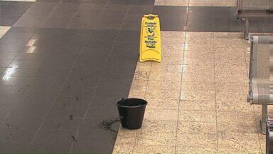 Chuva causa goteiras dentro da rodoviária de Ponta Grossa - Prefeitura informa que já fez uma avaliação no local, mas depende de autorização do setor jurídico para abrir uma licitação e assim, resolver o problema