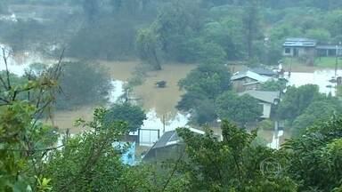 Mais de 50 municípios foram atingidos pelas chuvas e ventos fortes no PR - Das 57 cidades atingidas pela chuva dos últimos dias, 28 estão em situação de emergência. Mais de 35 mil pessoas foram afetadas e 4,6 mil casas ficaram danificadas.