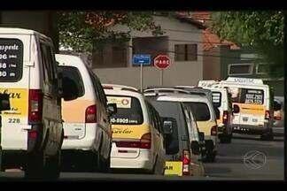 Motoristas de vans de Uberaba manifestam contra padronização - Resolução está sendo elaborada e prevê mudanças na frota de veículos. Profissionais foram para as ruas em carreata.