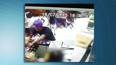 Vídeo mostra 3º assalto à padaria em 15 dias, no Centro de Vitória - Um homem foi preso e dois conseguiram fugir.Proprietário disse que pensa em abandonar o negócio.