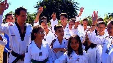 Atletas goianos do taekwondo tentam arrecadar fundos para disputar competição no Chile - Sem recursos, atletas fazem rifa e, por conta própria, tentam levantar dinheiro para torneio internacional da modalidade.
