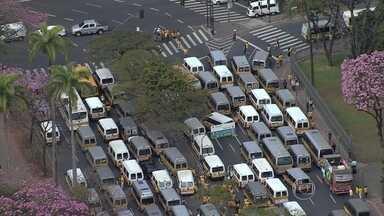 Donos de vans que fazem transporte escolar fazem protesto contra uso de cadeirinhas - A norma é para garantir mais segurança para as crianças.