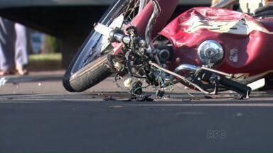 Motociclista morre ao bater em ônibus do transporte coletivo - Rapaz de 29 anos é a vítima; mulher estava na garupa e ficou gravemente ferida