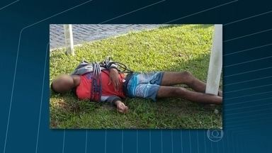 Adolescente é amarrado às margens da BR-116 em Guapimirim após assalto - A PM informou que um policial civil conseguiu deter o jovem, que estava armado. Mesmo depois de rendido, Rodrigo Silva Pereira, de 19 anos, foi agredido por moradores.