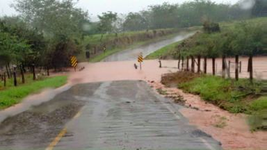 Chuva faz rios transbordarem e interdita estradas da região - A polícia rodoviária pede atenção aos motoristas que forem passar pelas rodovias PR-554, em São Jorge do Ivaí e pela PR-650, entre São Pedro do Ivaí e Godoy Moreira.