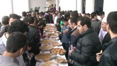 Confraternização marca fim do ramadã para os muçulmanos - Depois da oração da manhã que marcou o fim do mês do ramadã eles se reuniram num café da manhã.