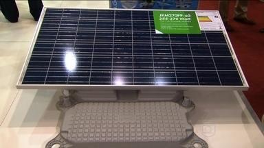 Feira em São Paulo mostra as novidades de produtos que usam energia solar - Uma das novidades é uma mochila que usa o calor do sol para carregar celular. E também um carrinho que mantém a bebida gelada.