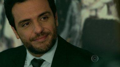 Alex afirma a Angel que ama Carolina - Empresário pede para a jovem guardar segredo sobre envolvimento entre eles