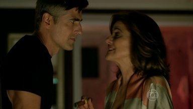 Fanny explica para Anthony como conseguiu contrato com Alex - Empresária dá uma quantia alta em dinheiro para o modelo