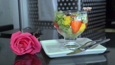 Aprenda a fazer uma salada com frutas tropicais - 'Salada na taça' tem a proposta de ser refrescante e saborosa.