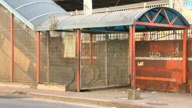Passageiros reclamam da falta de escadas em estação de trem - Sem contar com uma escada rolante, é necessário um esforço extra para atravessar o bairro ou pegar uma condução.