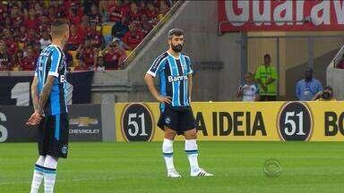 """Maurício Saraiva analisa sequência de jogos do meia Douglas no Grêmio - """"Intensidade de jogos quarta e domingo para ele não dá mais"""", comenta."""