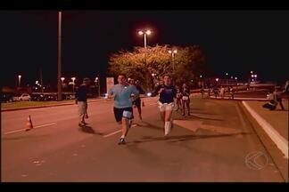 Corredores participam de prova noturna com show de rock em Uberlândia - Evento de corrida foi realizado no sábado (18). Largada teve 1.200 atletas para percursos de 5 e 10km.
