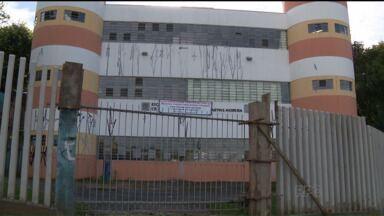 Pais de alunos se unem para pintar escola que foi alvo de vândalos - Pais de alunos pediam uma reforma para melhorar a estrutura de uma escola municipal no bairro Campo Comprido, em Curitiba.