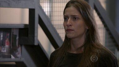 Nat aparece na academia e diz que lembra de Duca e Karina - Lobão e Luiz se desesperam ao assitir ao encontro através das câmeras instaladas na academia de Gael
